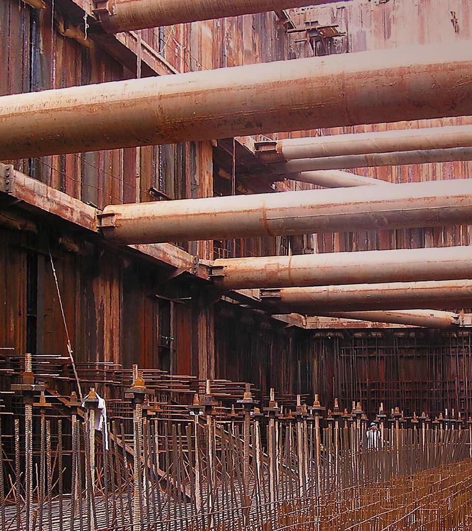 Baugrube mit Stützpfeilern